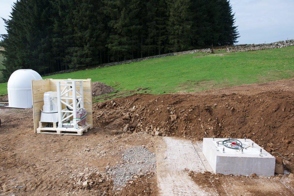 Radiotelescopio SPIDER 500A installato in Scozia: la montatura e la colonna nella cassa di spedizione vicino alla fondazione