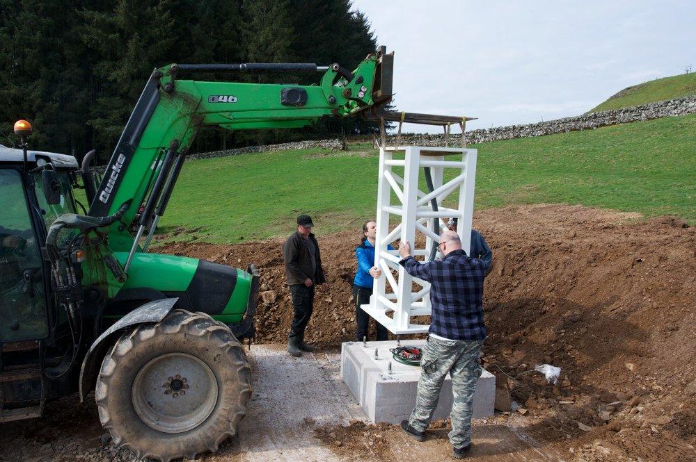 Radiotelescopio SPIDER 500A installato in Scozia: installazione della colonna sulla fondazione