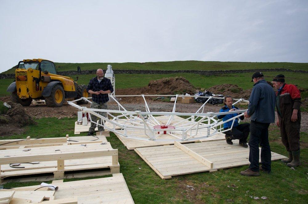Radiotelescopio SPIDER 500A installato in Scozia: assemblaggio del supporto posteriore dell'antenna.