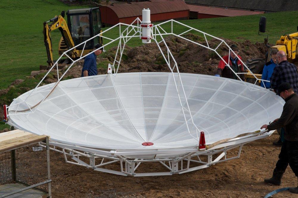 Radiotelescopio SPIDER 500A installato in Scozia: illuminatore 1420 MHz installato sull'antenna.