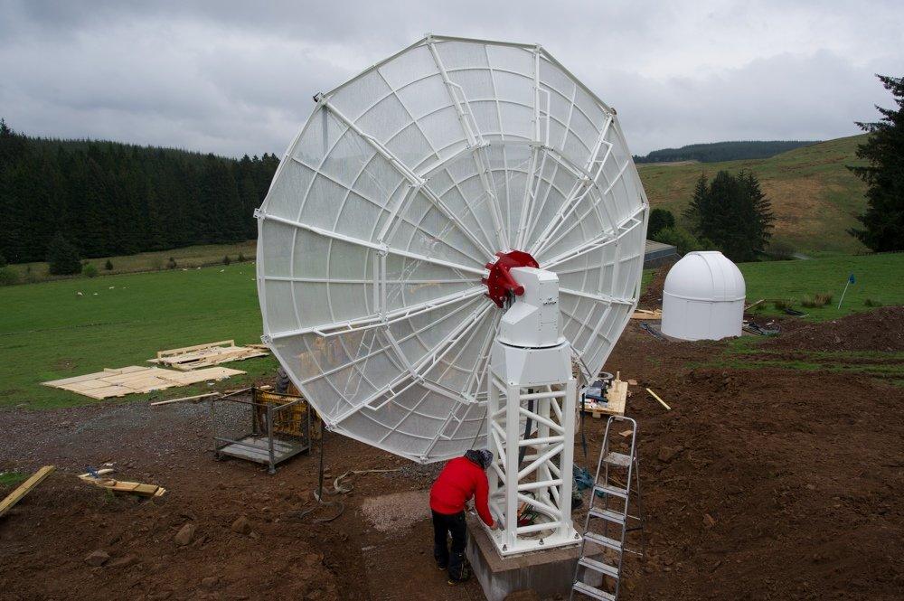 Radiotelescopio SPIDER 500A installato in Scozia: il ricevitore H142-One viene installato nella sala di controllo (la cupola) e collegato all'antenna del radiotelescopio tramite una canalina.