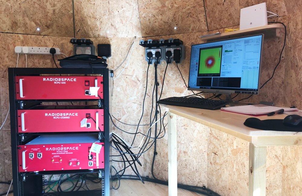 Radiotelescopio SPIDER 500A installato in Scozia: ricevitore e elettronica di controllo del radiotelescopio nella sala di controllo, presso il computer con il software RadioUniversePRO.