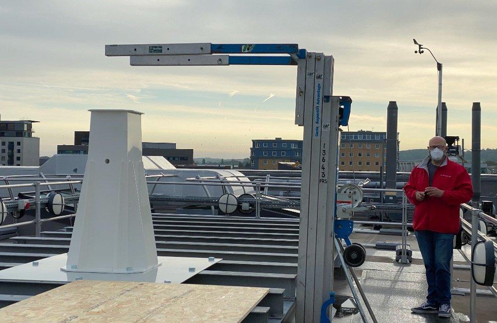 SPIDER 300A installato alla Università di Lincoln (UK): la colonna installata sulla piastra metallica