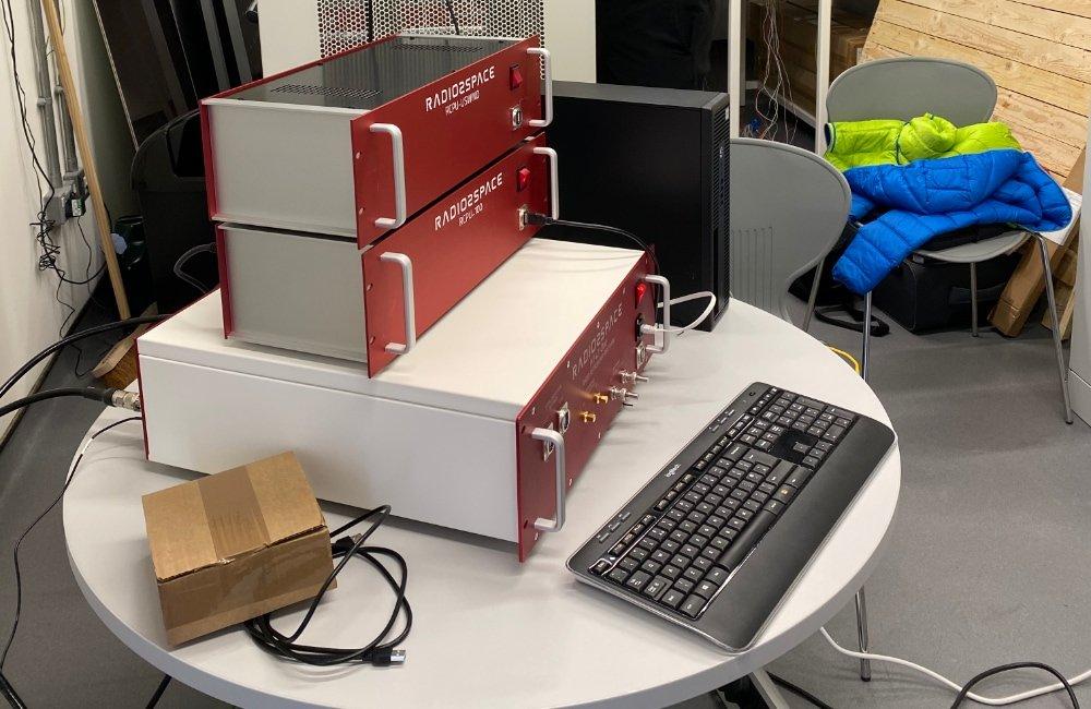 SPIDER 300A installato alla Università di Lincoln (UK): ricevitore H142-One e antenna control unit nella sala di controllo